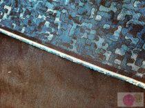 Kétoldalas sötétkék-puzzle mintás farmer elasztikus